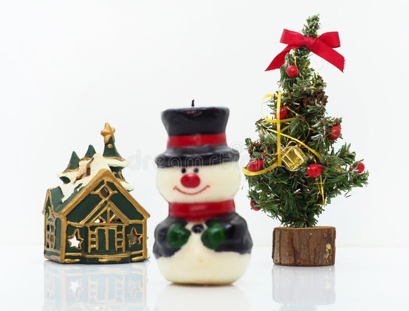 Composición navideña, muñeco de nieve y un pequeño árbol de Navidad imágenes de archivo libres de regalías