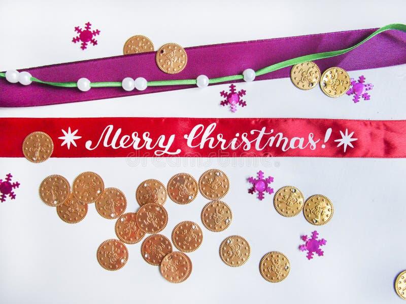 Composición plana de la endecha con las monedas, las gotas, los copos de nieve, las cintas y caligrafía del cepillo de la Feliz N ilustración del vector