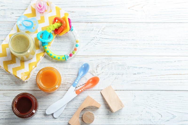 Composición plana de la endecha con los alimentos para niños y los accesorios foto de archivo
