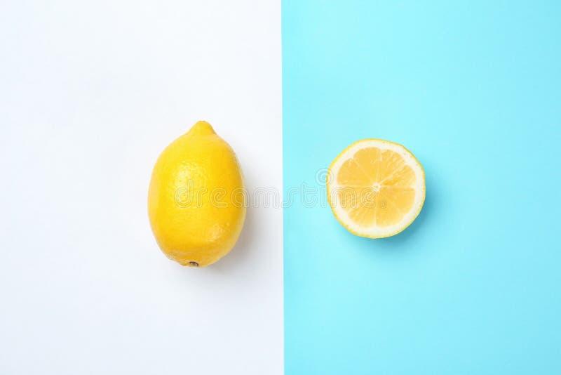 Composición plana de la endecha con los limones enteros y cortados foto de archivo