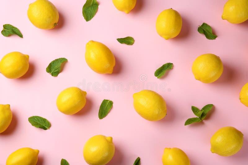Composición plana de la endecha con los limones maduros frescos foto de archivo
