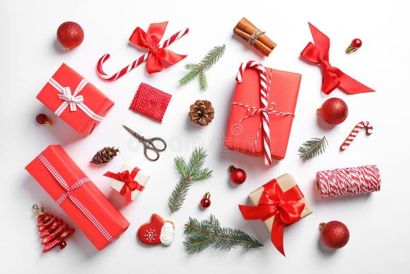 Composición plana de la endecha con los regalos de la Navidad foto de archivo