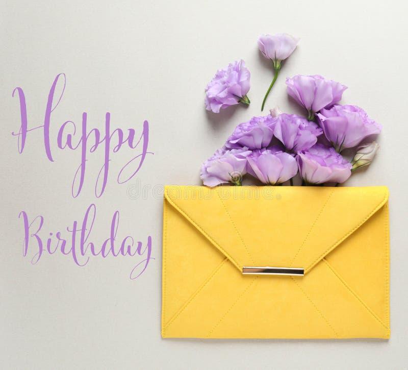 Composición plana de la endecha de las flores y de saludar del Eustoma FELIZ CUMPLEAÑOS foto de archivo libre de regalías