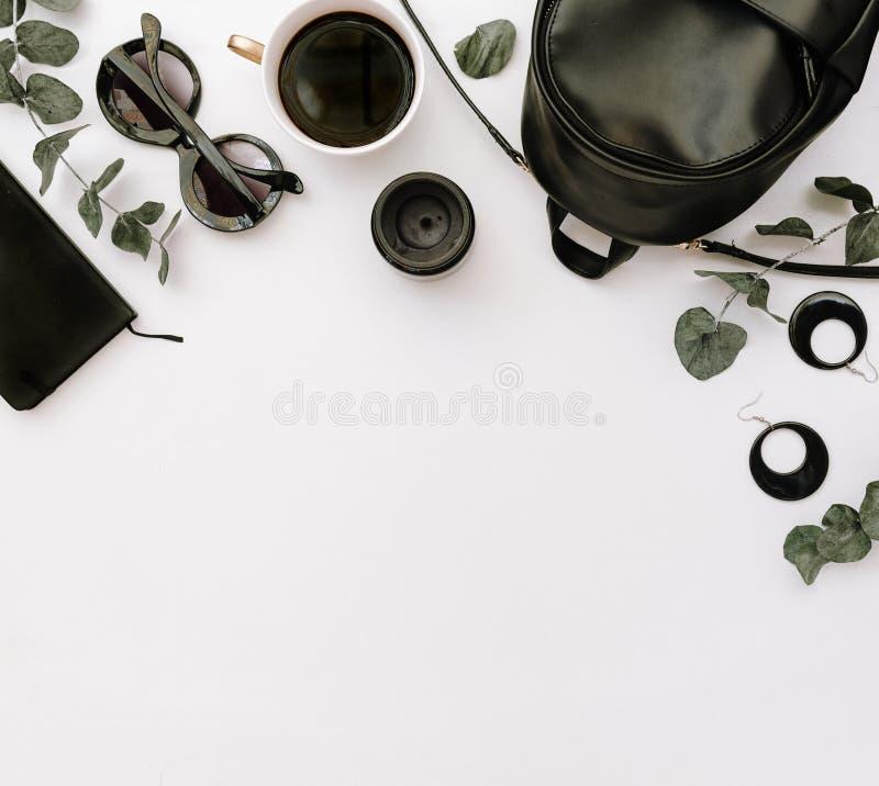 Composición plana de la endecha de la mirada de la moda de la mujer elegante imagen de archivo libre de regalías