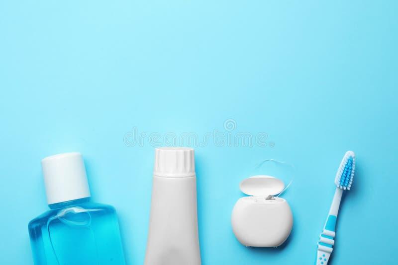 Composición puesta plana con crema dental, los productos de higiene oral y el espacio para el texto imagenes de archivo