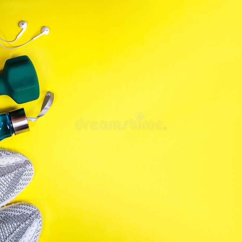 Composición puesta plana con el equipo de la aptitud en fondo amarillo del color imagen de archivo libre de regalías