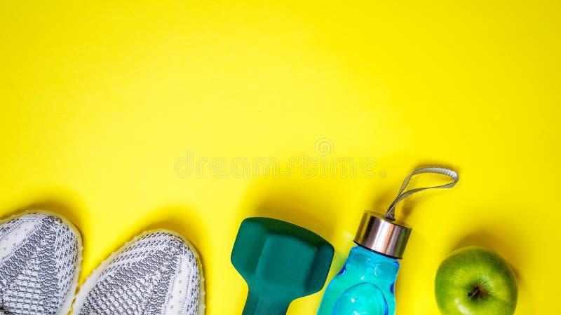 Composición puesta plana con el equipo de la aptitud y espacio para el texto en fondo amarillo del color amor sano y activo de la fotos de archivo libres de regalías