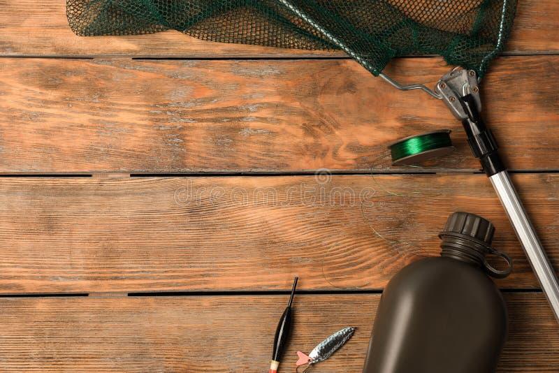 Composición puesta plana con el equipo de pesca foto de archivo