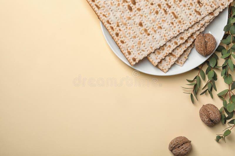 Composición puesta plana con el matzo en fondo del color Pascua judía Pesach Seder fotos de archivo