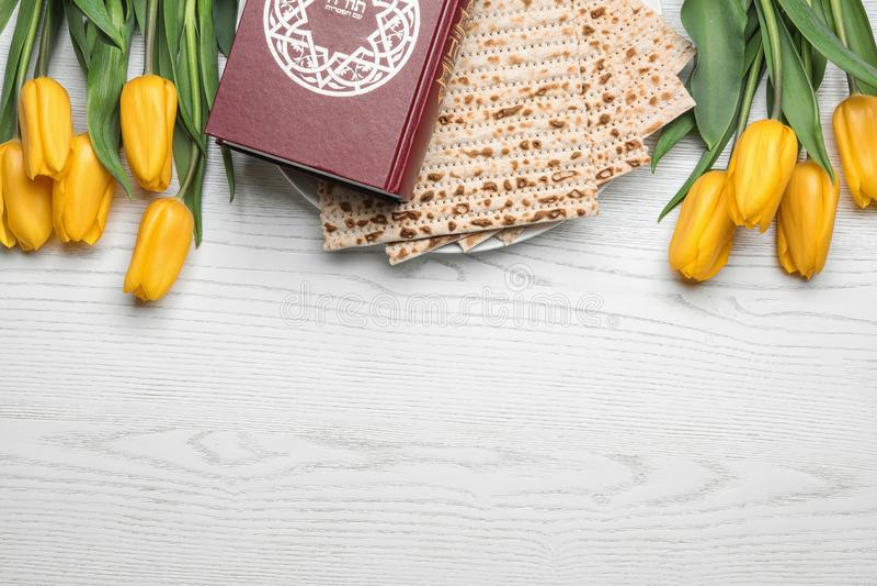 Composición puesta plana con el matzo y Torah en el fondo de madera, espacio para el texto fotografía de archivo libre de regalías