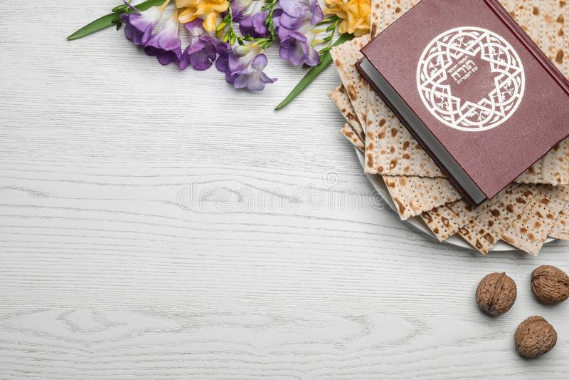 Composición puesta plana con el matzo y Torah en el fondo de madera, espacio para el texto foto de archivo libre de regalías