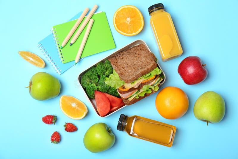 Composición puesta plana con la comida sana para el alumno imagenes de archivo