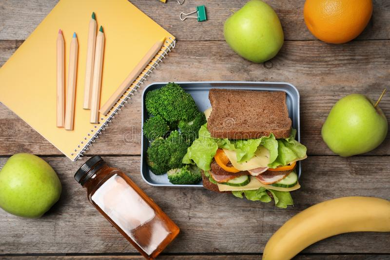 Composición puesta plana con la comida sana para el alumno imagen de archivo libre de regalías