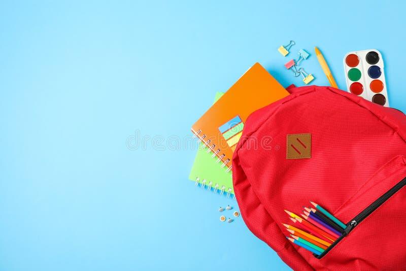 Composición puesta plana con las fuentes de la mochila y de escuela fotos de archivo