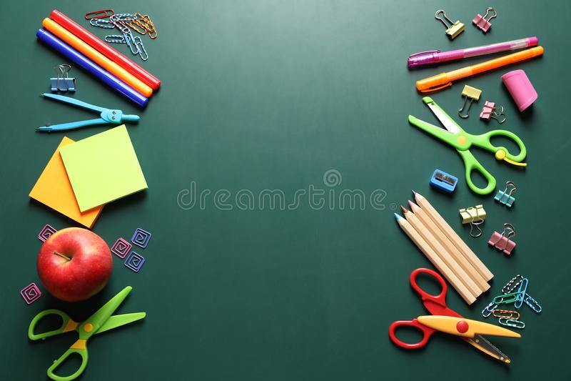 Composición puesta plana con las tijeras y las fuentes de escuela en la pizarra fotografía de archivo