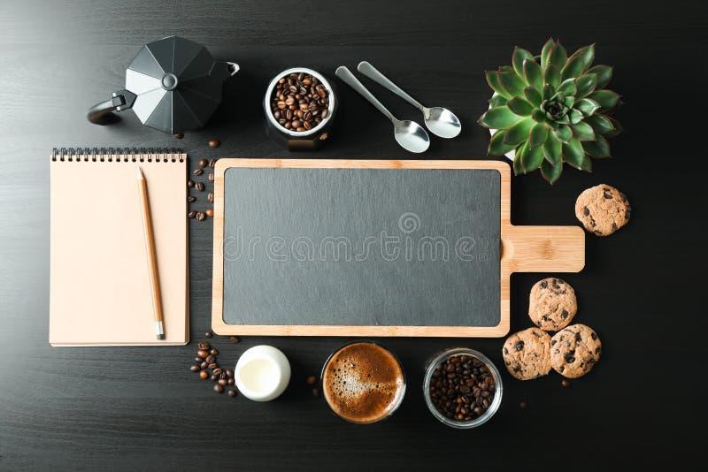 Composici?n puesta plana con los accesorios del tiempo del caf? en la tabla negra, espacio para el texto foto de archivo libre de regalías