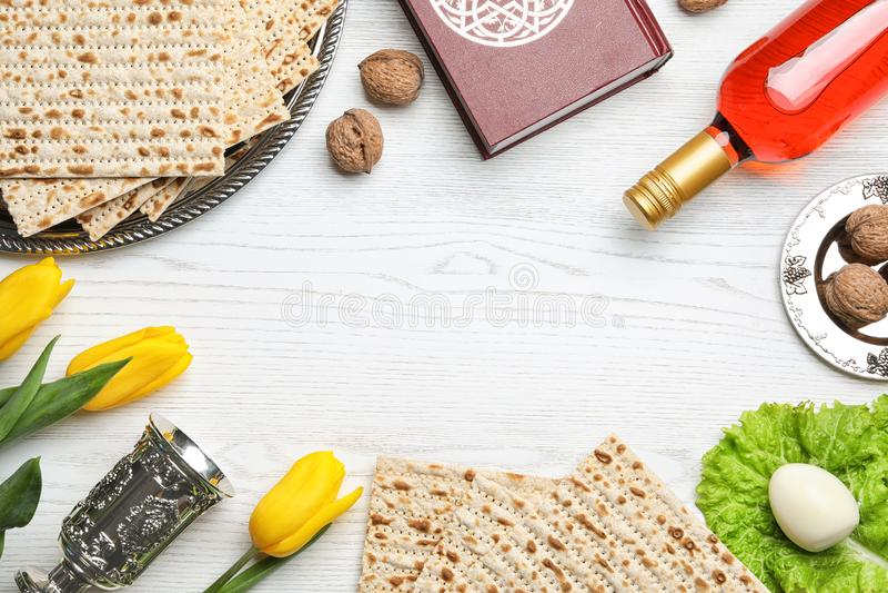 Composición puesta plana con los artículos simbólicos de Pesach de la pascua judía en fondo de madera foto de archivo