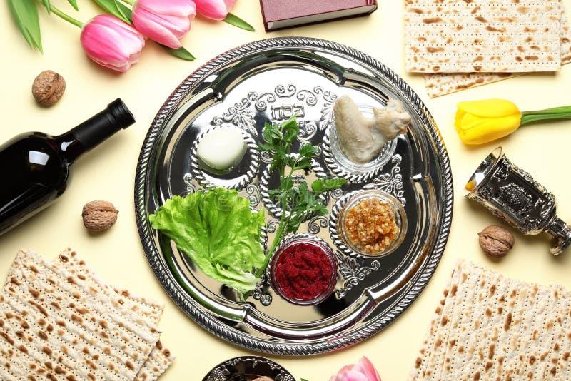 Composición puesta plana con los artículos y la comida simbólicos de Pesach de la pascua judía imagen de archivo