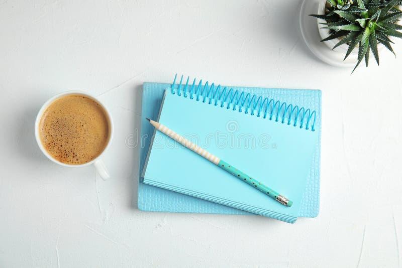 Composición puesta plana con los cuadernos y el café fotografía de archivo libre de regalías