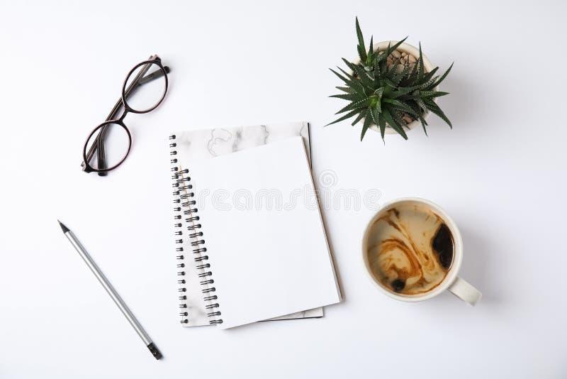 Composición puesta plana con los cuadernos y el café foto de archivo