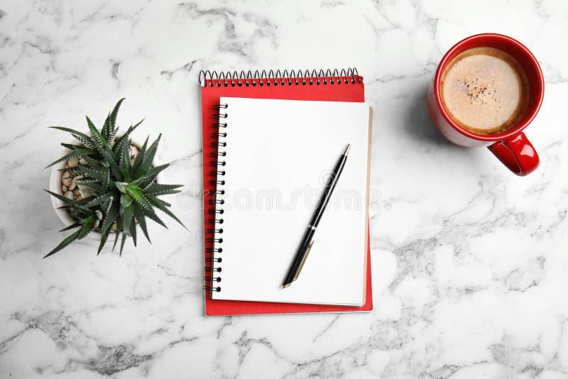 Composición puesta plana con los cuadernos y el café imagen de archivo libre de regalías