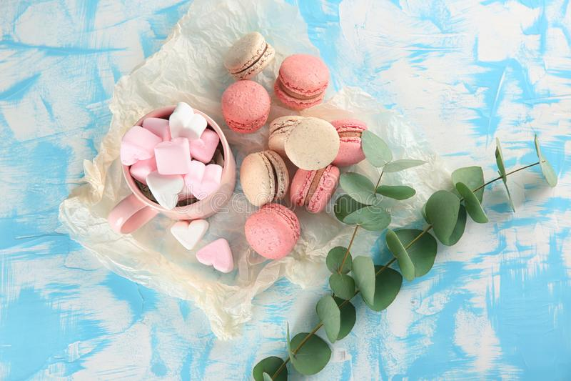 Composición puesta plana con los macarons y las melcochas sabrosos en la tabla foto de archivo libre de regalías