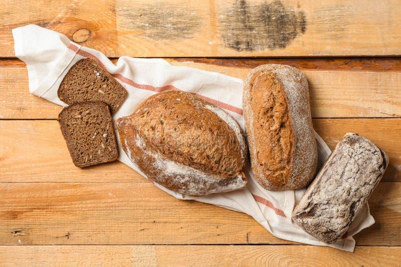 Composición puesta plana con los productos de la panadería en el fondo de madera, visión superior foto de archivo