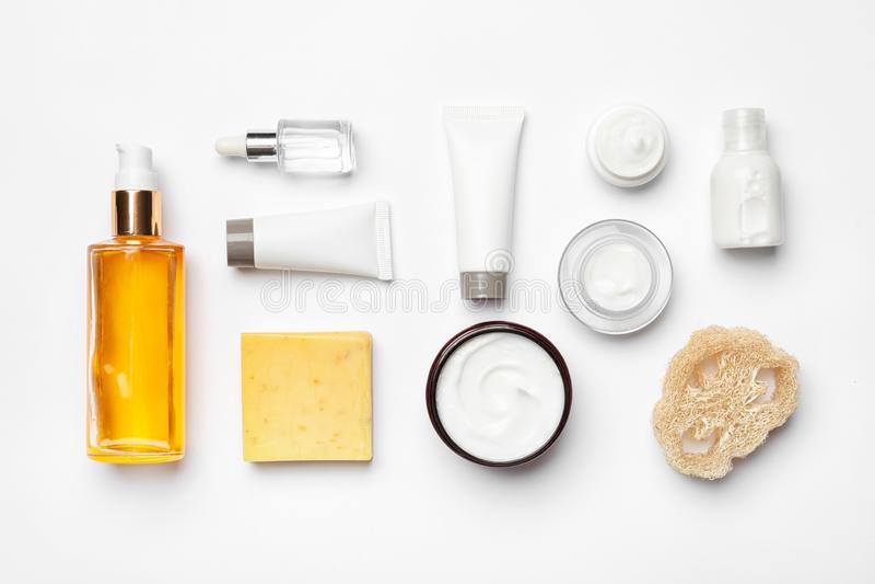 Composición puesta plana con los productos del cuidado del cuerpo en blanco fotos de archivo