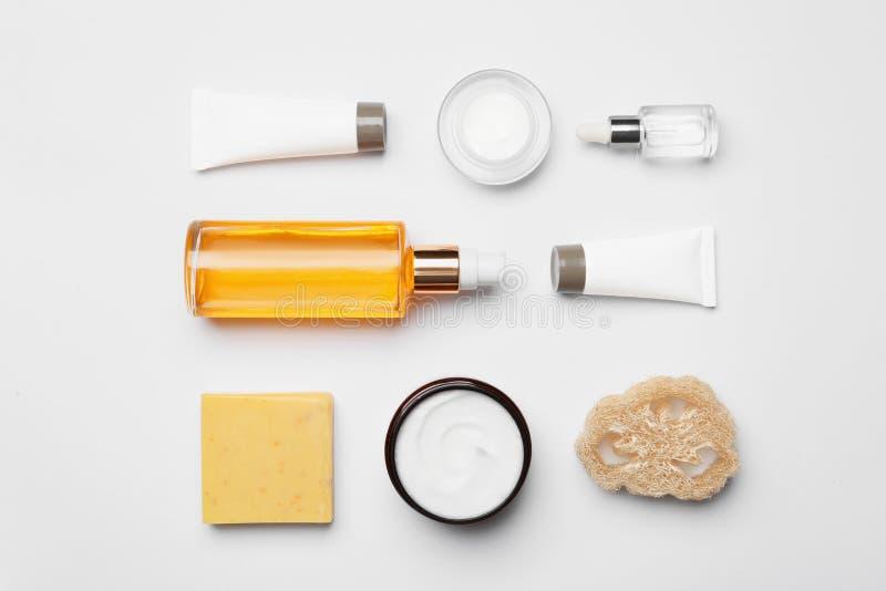 Composición puesta plana con los productos del cuidado del cuerpo en blanco foto de archivo libre de regalías