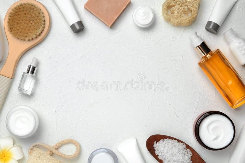 Composición puesta plana con los productos del cuidado del cuerpo y espacio para el texto foto de archivo