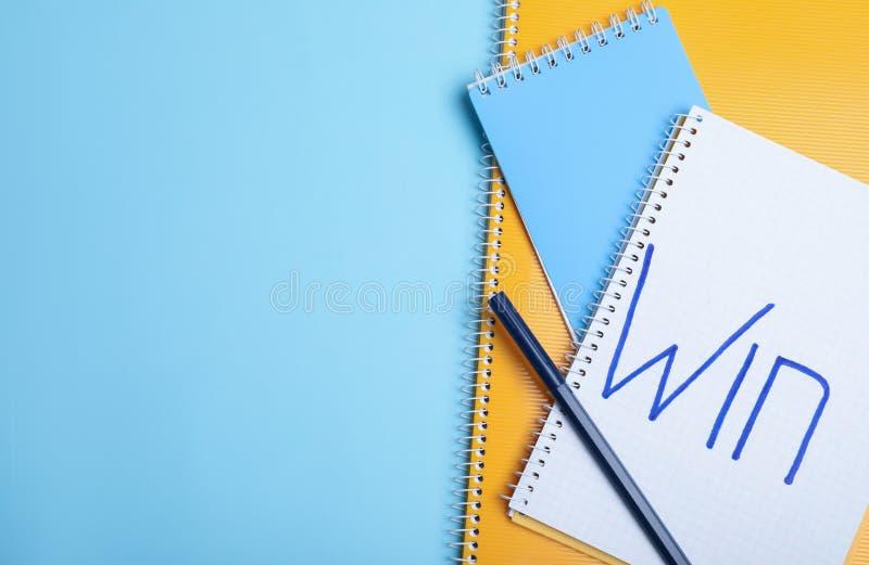 Composición puesta plana de cuadernos con triunfo y el espacio de la palabra para el texto en fondo del color imagen de archivo libre de regalías