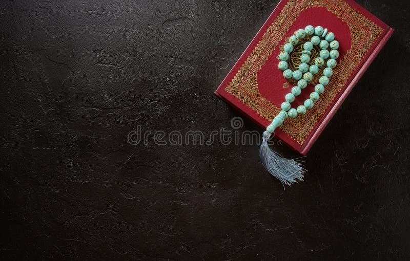Composición puesta plana del libro sagrado para las gotas musulmanes del Quran y del rosario Concepto islámico, visión superior,  foto de archivo