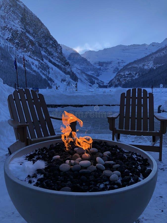 Composición rara del fuego y del hielo La escultura congelada del lago y de hielo se puede considerar en la tierra trasera fotos de archivo