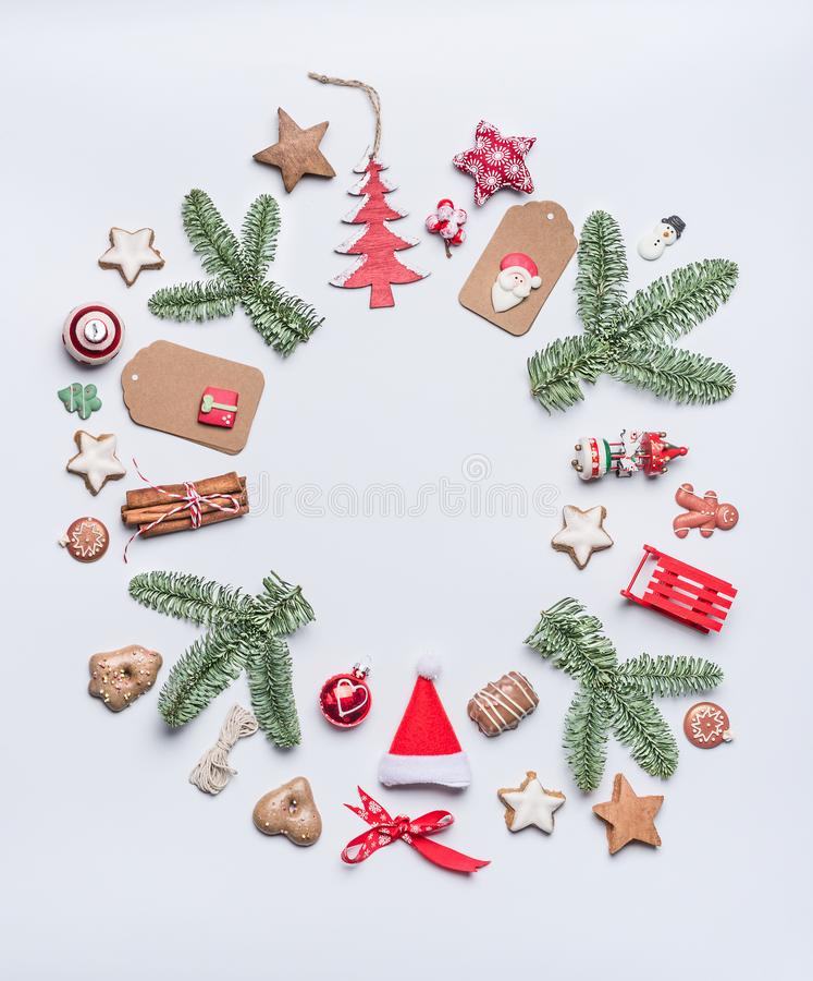 Composición redonda de la disposición del marco de la Navidad con los brunches verdes del abeto, etiquetas de papel del arte, gal imagen de archivo