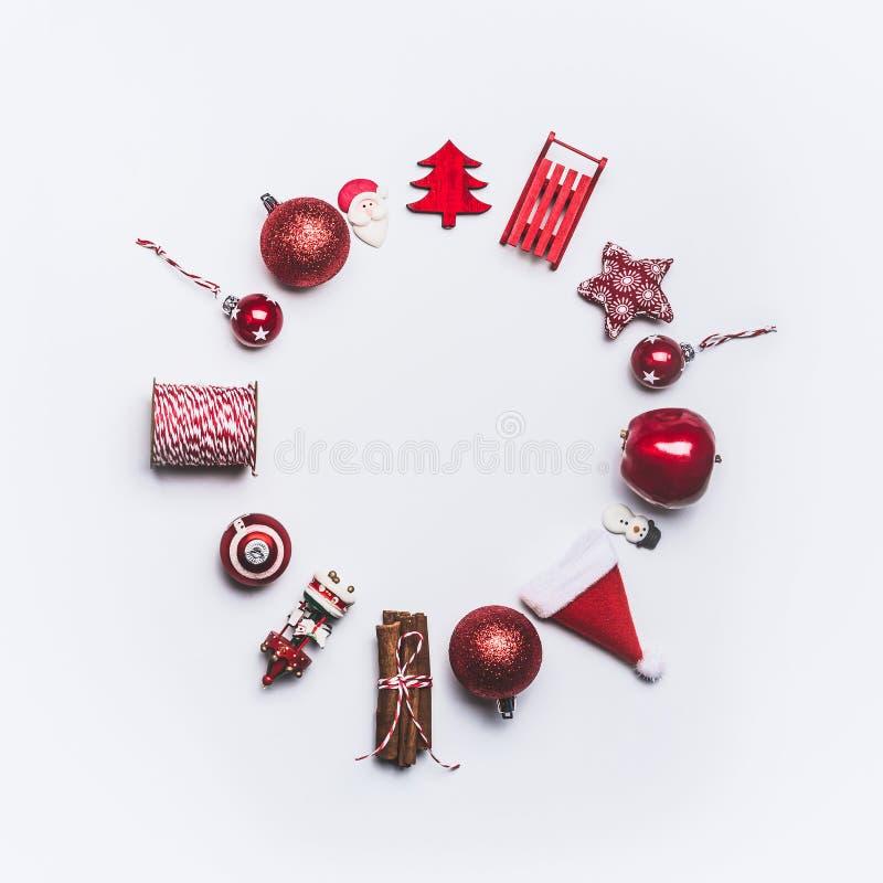 Composición redonda del marco del círculo de la Navidad en el fondo blanco, visión superior Decoración de la Navidad y envoltorio imagen de archivo