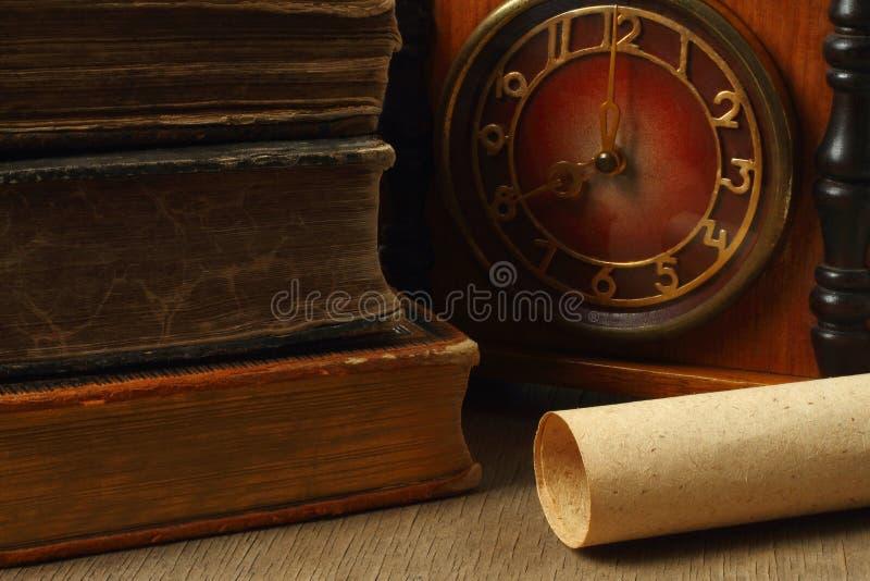 Composición retra con los libros, el reloj y el papel foto de archivo libre de regalías