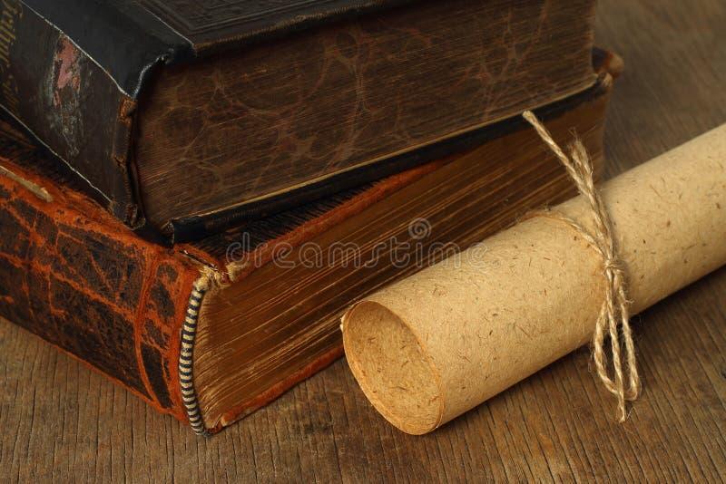 Composición retra con los libros y el papel imagen de archivo libre de regalías