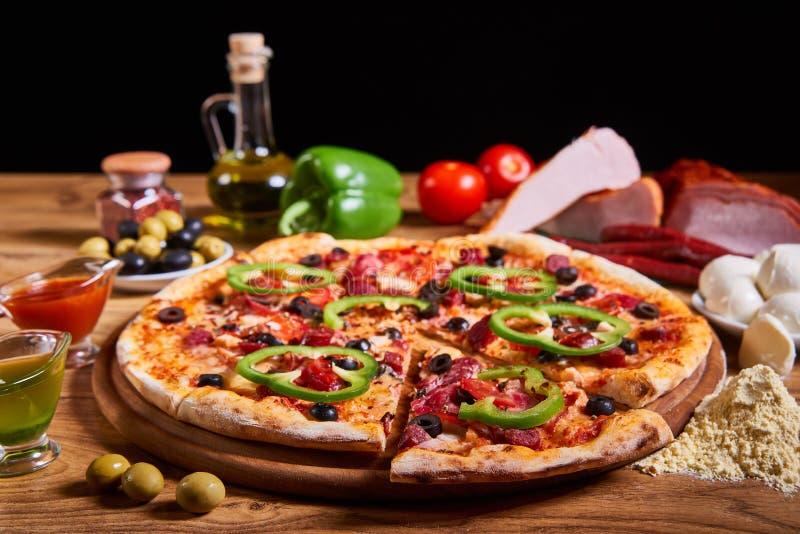 Composición sabrosa grande caliente de la pizza de la pizza de salchichones con paprika de fusión del jamón de los tomates del to imágenes de archivo libres de regalías