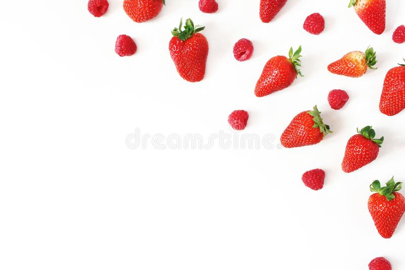 Composición sana de la fruta del verano con las fresas frescas y las frambuesas rojas aisladas en el fondo blanco de la tabla Ali fotos de archivo