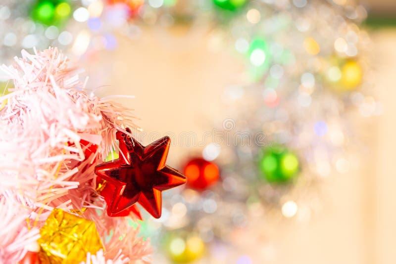 Composici?n con el ?rbol de abeto de las decoraciones de la Navidad en el fondo blanco foto de archivo libre de regalías