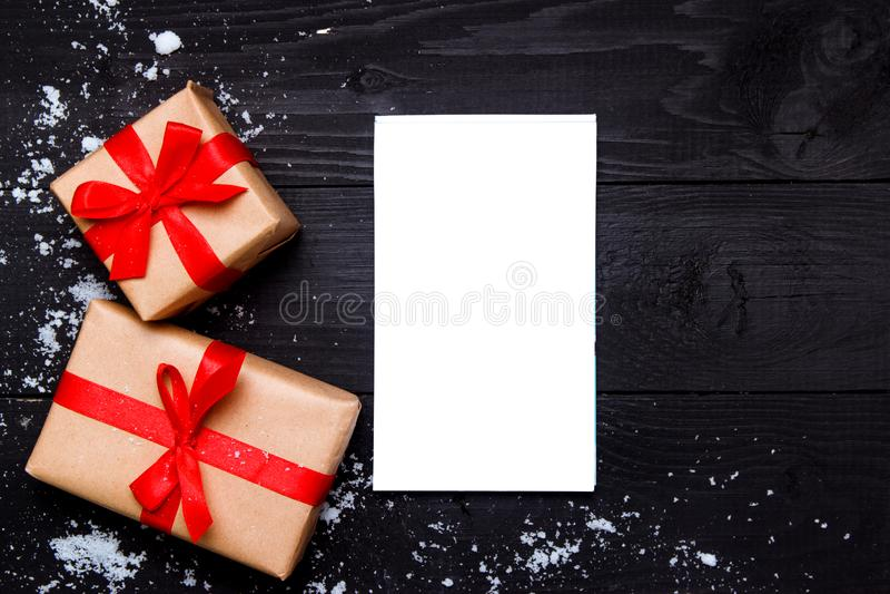 Composici?n de la Navidad Regalos y libreta de la Navidad en fondo negro de madera Visi?n superior, endecha plana, espacio de la  fotografía de archivo