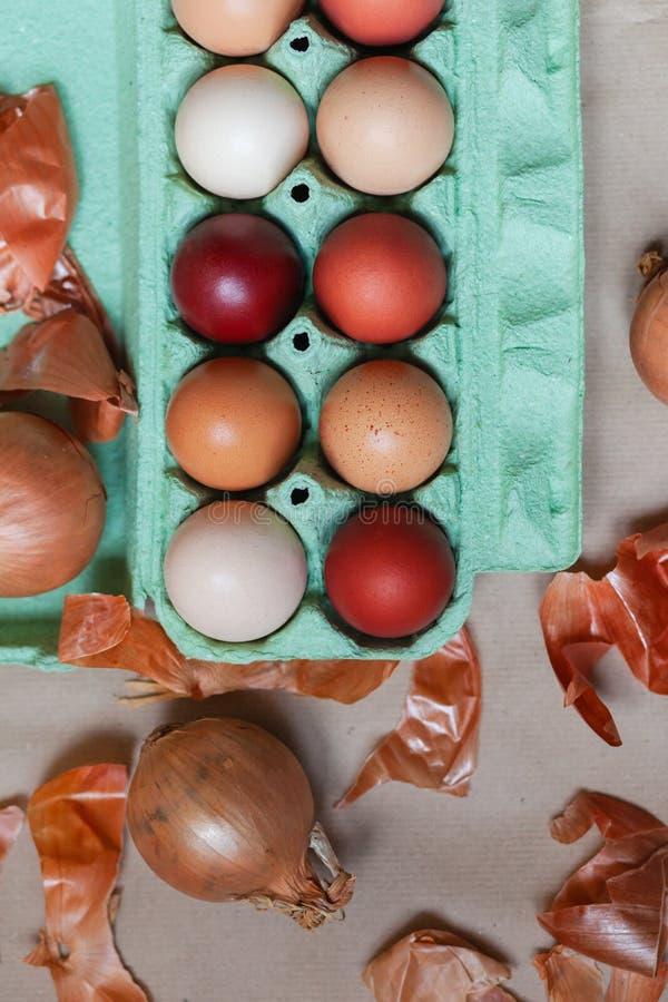 Composici?n de Pascua con los huevos coloreados fotografía de archivo libre de regalías