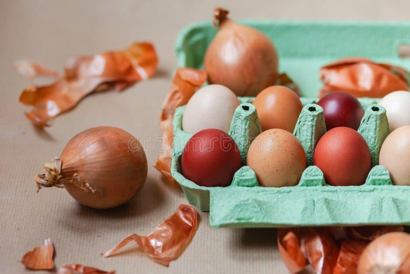 Composici?n de Pascua con los huevos coloreados imagenes de archivo