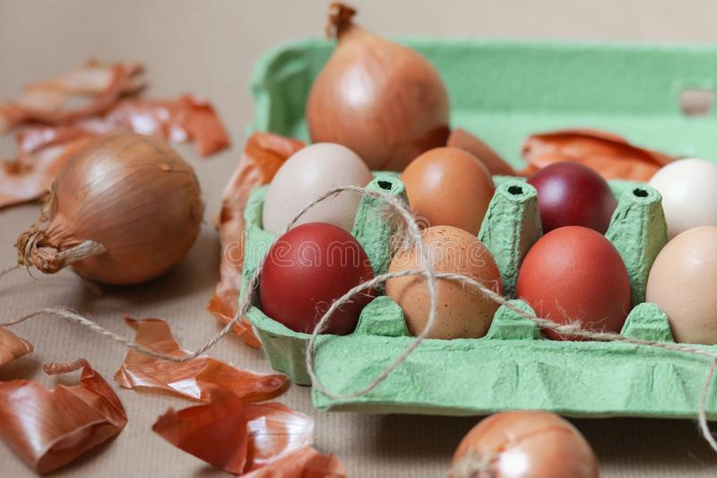 Composici?n de Pascua con los huevos coloreados fotografía de archivo