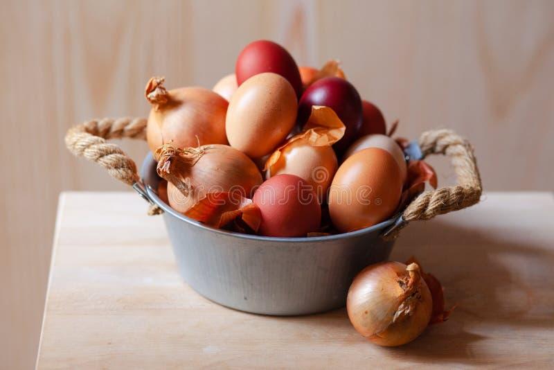 Composici?n de Pascua con los huevos en un cuenco r?stico del metal imagenes de archivo