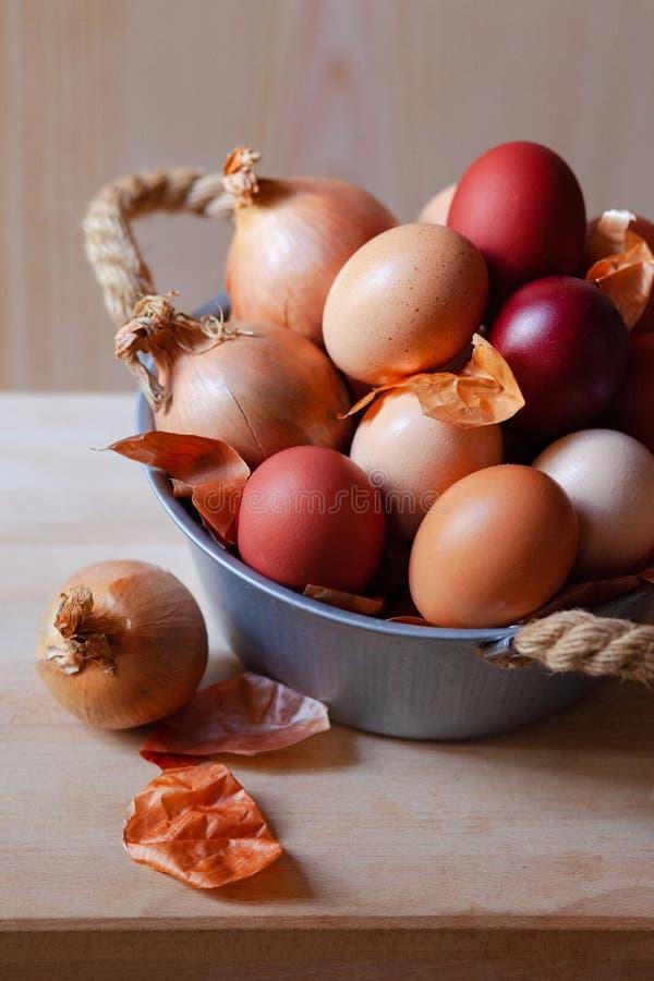 Composici?n de Pascua con los huevos marrones fotos de archivo