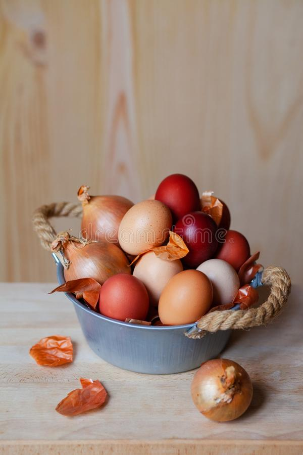 Composici?n de Pascua con los huevos marrones foto de archivo