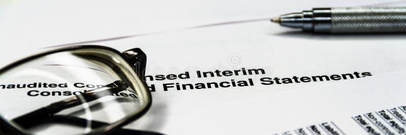 Composici?n del asunto Análisis financiero - declaración del balance de ingresos foto de archivo