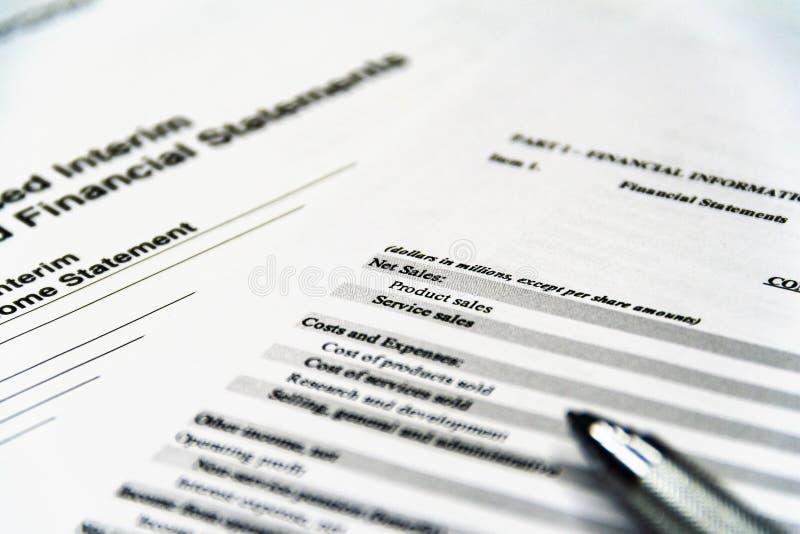 Composici?n del asunto Balanza de la declaración de renta financiera, plan empresarial fotos de archivo libres de regalías