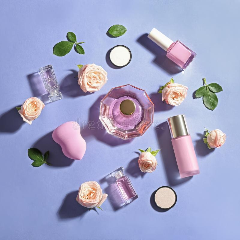 Composici?n puesta plana con las botellas de perfume, de cosm?ticos y de rosas fotos de archivo libres de regalías
